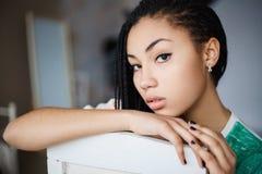 Chica joven atractiva que presenta en el estudio Imágenes de archivo libres de regalías