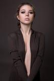 Chica joven atractiva que presenta en el estudio Imagen de archivo