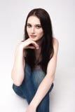 Chica joven atractiva que presenta en el estudio Imagen de archivo libre de regalías