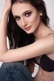 Chica joven atractiva que presenta en el estudio Fotografía de archivo