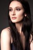 Chica joven atractiva que presenta en el estudio Fotografía de archivo libre de regalías