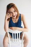 Chica joven atractiva que presenta en el estudio Foto de archivo
