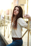 Chica joven atractiva que presenta en una calle de la ciudad Fotos de archivo