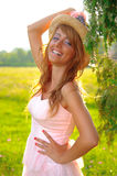 Chica joven atractiva que sonríe en fondo amarillo Foto de archivo