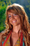 Chica joven atractiva que sonríe en fondo verde Imagen de archivo