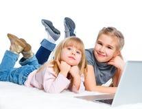 Chica joven atractiva que usa el ordenador portátil. Fotografía de archivo libre de regalías