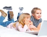 Chica joven atractiva que usa el ordenador portátil. Imágenes de archivo libres de regalías