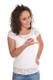 Chica joven bastante linda que muestra y que presenta el nuevo producto con h Imagenes de archivo