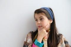 Chica joven blanca que piensa en nuevos trucos fotos de archivo libres de regalías