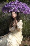 Chica joven bonita al aire libre en un campo de flor de la lavanda fotografía de archivo