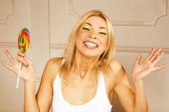 Chica joven bonita con el caramelo Fotografía de archivo
