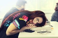 Chica joven bonita con estudio hermoso largo del pelo en la universidad a Foto de archivo libre de regalías