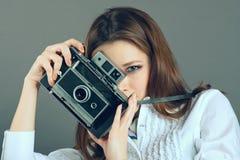 Chica joven bonita con la cámara retra del vintage Fotos de archivo libres de regalías