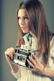 Chica joven bonita con la cámara retra del vintage Fotos de archivo