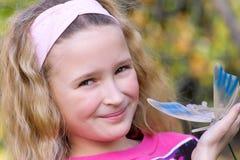 Chica joven bonita con la mariposa Imagen de archivo libre de regalías