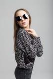 Chica joven bonita con las lentes de sol negros Foto de archivo libre de regalías