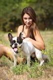 Chica joven bonita con su perro Imagen de archivo libre de regalías