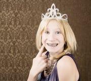 Chica joven bonita con una tiara con las paréntesis Imagenes de archivo