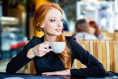 Chica joven bonita en café Foto de archivo libre de regalías