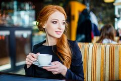 Chica joven bonita en café Fotografía de archivo