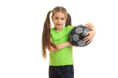 Chica joven bonita en camisa verde con la bola en manos Foto de archivo