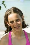 Chica joven bonita en color de rosa por el agua Fotografía de archivo