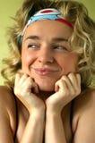 Chica joven bonita en el fondo brillante verde Foto de archivo libre de regalías