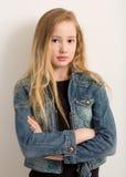 Chica joven bonita en una chaqueta del dril de algodón Fotos de archivo libres de regalías