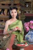 Chica joven bonita en vestido tradicional tailandés en el templo viejo fotografía de archivo