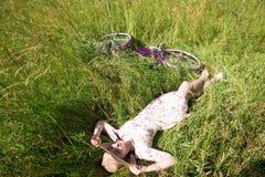 Chica joven bonita feliz que monta en bicicleta en parque del verano Feliz relaje el tiempo en ciudad Mujer hermosa, día soleado fotografía de archivo libre de regalías