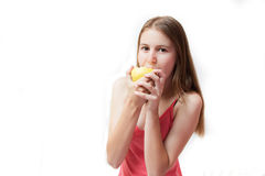 Chica joven bonita que come una manzana Foto de archivo libre de regalías