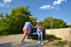 Chica joven bonita que empuja un coche convertible imagen de archivo libre de regalías
