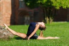 Chica joven bonita que hace ejercicios de la yoga Foto de archivo libre de regalías