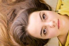 Chica joven bonita que parece triste Imagenes de archivo