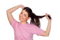 Chica joven bonita que toca su pelo Imagen de archivo