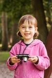 Chica joven bonita que toma cuadros Fotos de archivo libres de regalías