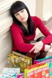 Chica joven cansada con la porción de bolsos de compras Fotos de archivo libres de regalías