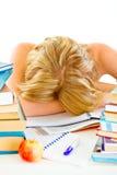 Chica joven cansada que duerme en el vector con los libros Foto de archivo