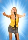 Chica joven cantante Imágenes de archivo libres de regalías