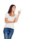 Chica joven casual que señala algo Foto de archivo