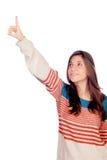 Chica joven casual que señala algo Fotos de archivo libres de regalías