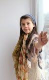 Chica joven caucásica que sonríe, ventana de abertura Imágenes de archivo libres de regalías