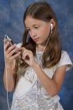 Chica joven centrada en la aplicación elegante del teléfono Imagen de archivo