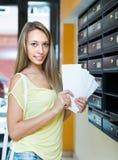 Chica joven cerca de la caja de la fijación Imagen de archivo