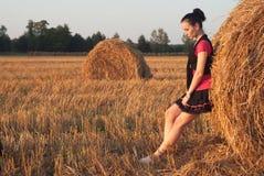 Chica joven cerca de la paja imagen de archivo libre de regalías