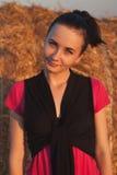 Chica joven cerca de la paja fotos de archivo