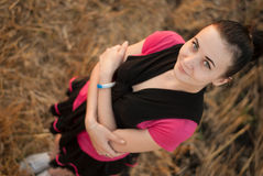 Chica joven cerca de la paja fotografía de archivo libre de regalías
