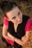 Chica joven cerca de la paja imágenes de archivo libres de regalías