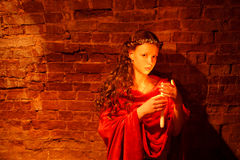 Chica joven cerca de la pared de ladrillo Fotos de archivo libres de regalías