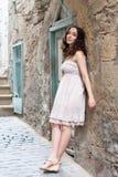 Chica joven cerca de la pared vieja Imagenes de archivo
